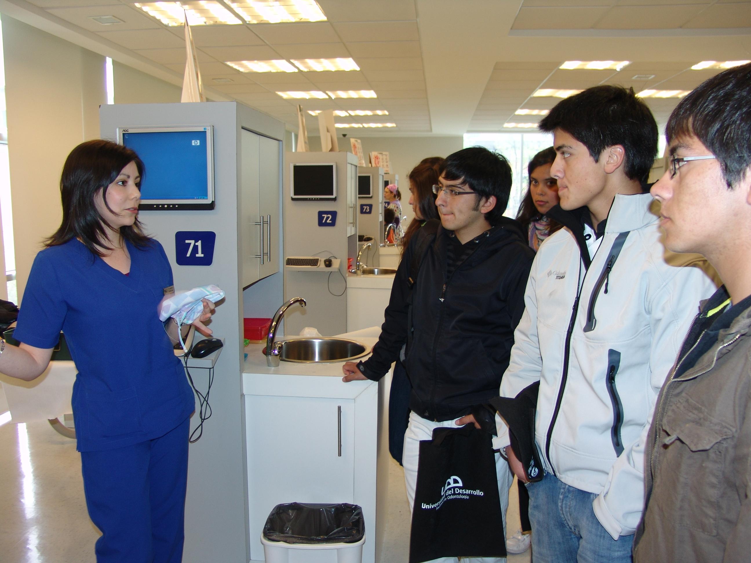 Estudiantes visitan clínicas
