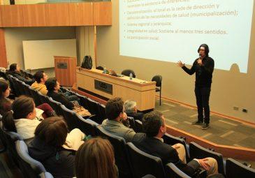 Médico brasileño dicta charla sobre educación e investigación en salud
