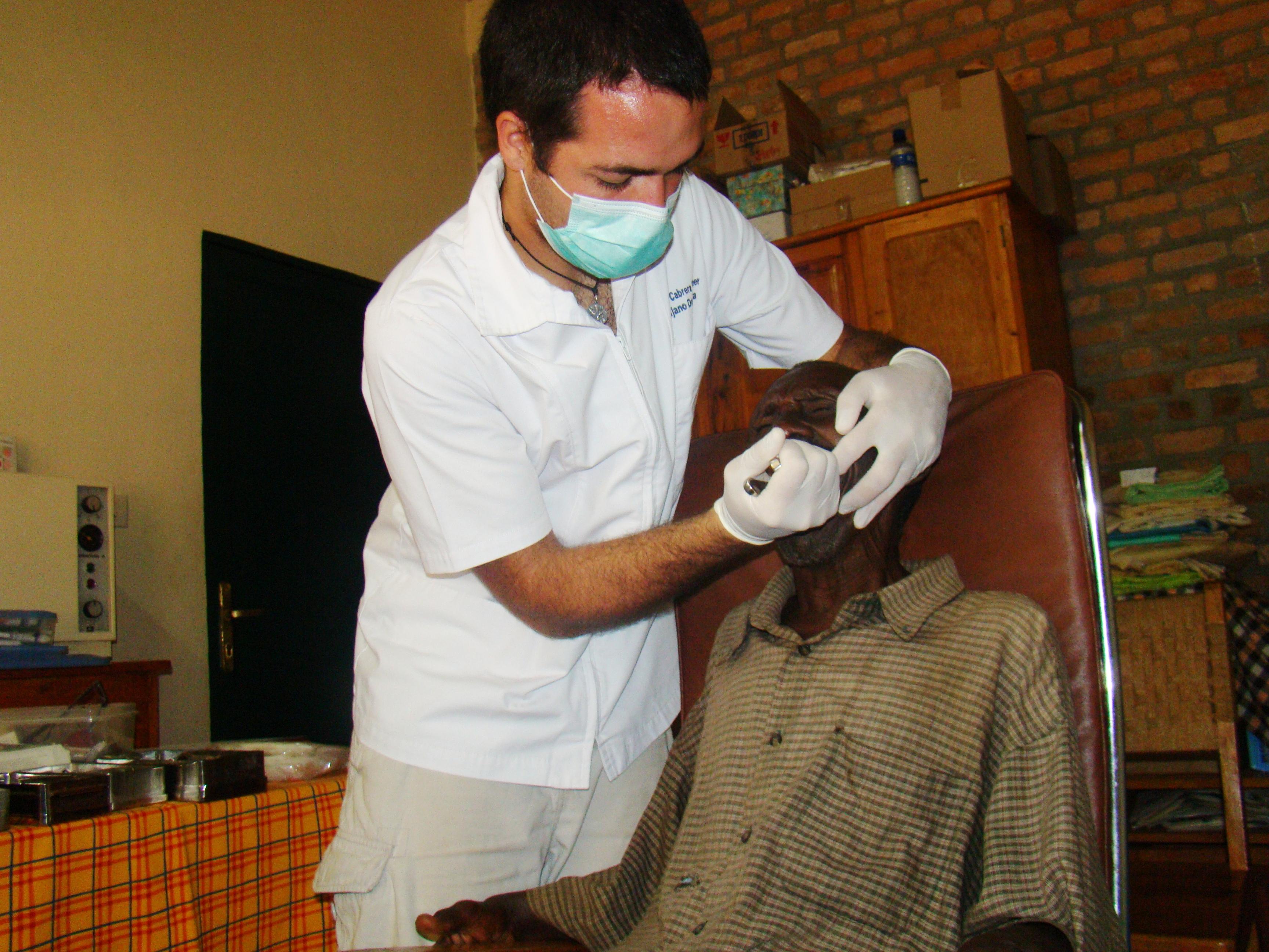 Joven odontólogo, embajador de la solidaridad en África