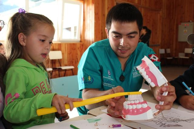 Universidad Estadounidense destacó Operativo Dental Curarrehue 2011