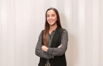 Javiera Rubio, egresada que estudia especialidad Implantología